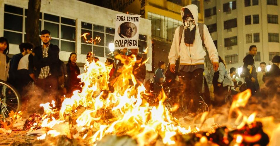 31.ago.2016 - Manifestantes ateiam fogo em objetos durante protesto contra impeachment da ex-presidente Dilma Rousseff no centro de Curitiba