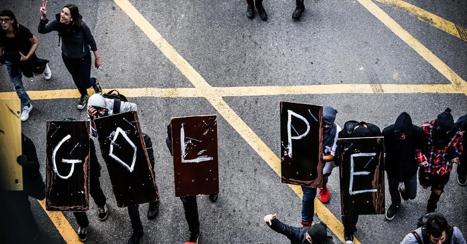 7.set.2016 - Manifestantes sobem a Avenida Brigadeiro Luis Antônio, no centro de São Paulo, em direção à avenida Paulista durante ato que pede a saída do presidente Michel Temer da Presidência da República