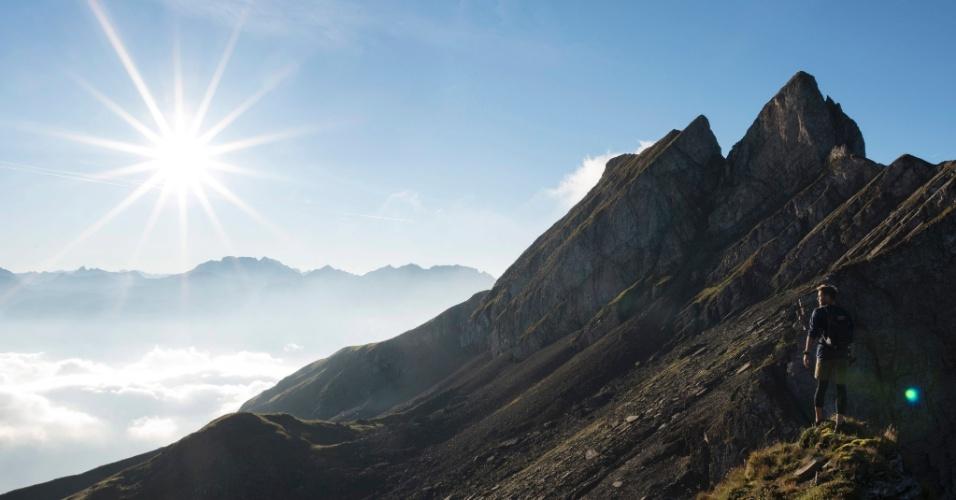 22.set.2016 - Homem descansa enquanto observa a vista do monte Gauschla em sua escalada para o pico Alvier (2.343 m acima do nível do mar) em Wartay, na Suíça