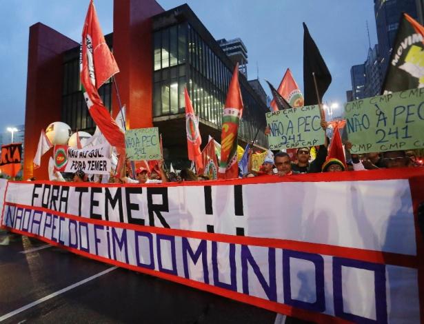 Manifestantes realizam ato contra Proposta de Emenda Constitucional 241 nesta terca