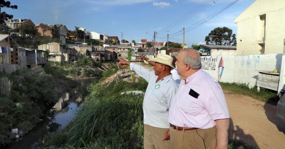 Rafael Greca visita bairros pobres da capital paranaense, onde a falta de saneamento é ainda um problema grave