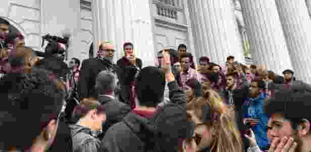 Manifestação de estudantes contra fraude na escadaria da Federal do Paraná - Rafael Moro Martins/UOL