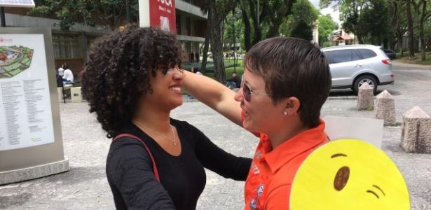 """Depois de receber abraço grátis, vendedora agradece: """"Vou precisar de sorte"""" - Rafael Moro/UOL"""