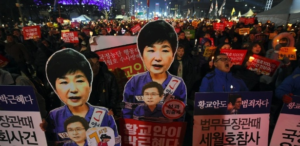 Milhares de sul-coreanos foram às ruas de Seul neste sábado com cartazes pedindo a saída da presidente