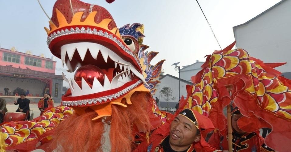 28.jan.2016- Chineses apresentam dança do dragão para celebrar a chegada do Ano Novo Lunar, na vila de Natu, no leste do país. O Ano Novo Lunar, também conhecido como Festa da Primavera, comemora o ano do Galo, que começa neste sábado (28)