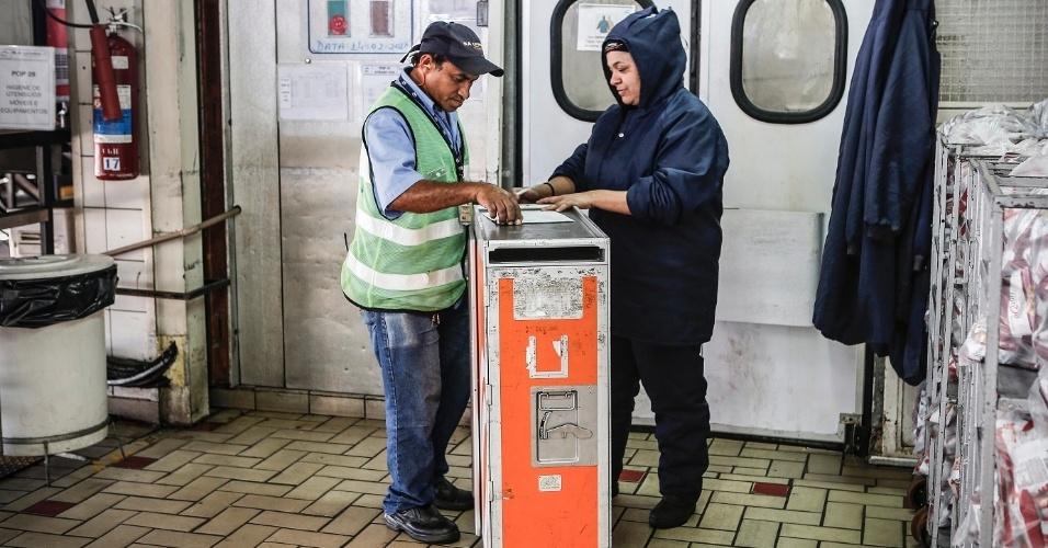 Funcionários que trabalham na câmara refrigerada utilizam casacos de neve para evitar o frio. Eles também controlam a quantidade de refeições em cada voo, que deve ser exatamente igual ao número de passageiros a bordo