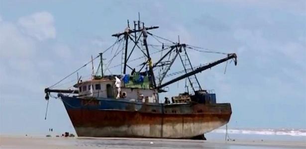 Navio que apareceu sem tripulantes na praia de Cedral, no litoral do Maranhão