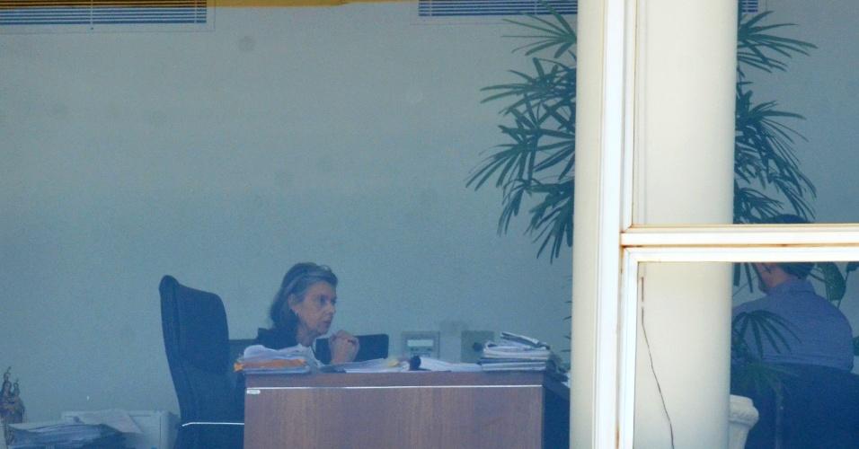 28.jan.2017 - A presidente do STF, Cármen Lúcia, trabalha em seu gabinete na tarde de sábado (28)