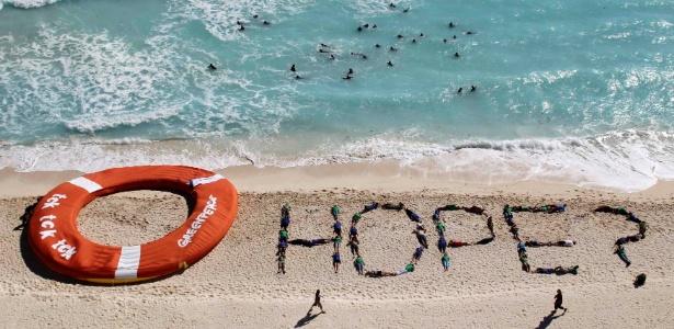 Ativistas do Greenpeace fazem protesto em praia do México