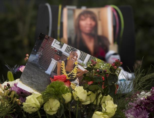 Flores e fotos são colocadas em memorial em homenagem a Charleena Lyles no prédio onde ela foi morta pela polícia, em Seattle (EUA)