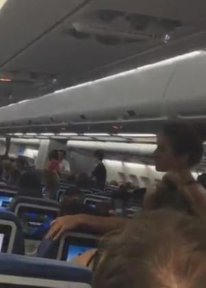 Passageiros presos em avião da Air Transat, que sofreu longo atraso para deixar aeroporto