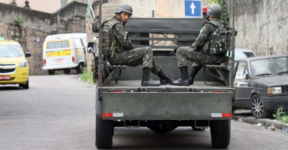27.out.2017 - O papel das Forças Armadas na operação é cercar as favelas e controlar os acessos - checando documentos e tentando impedir que suspeitos procurados saiam da região ou recebam reforços de outros criminosos de fora das favelas