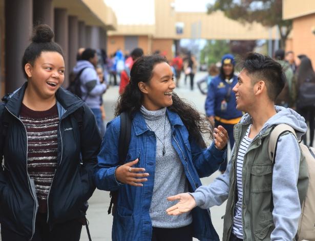 Lena Yee-Ross, 17, centro, com os amigos Arabella Compton, 17 e Christian Busto, 16 em Vallejo, Califórnia