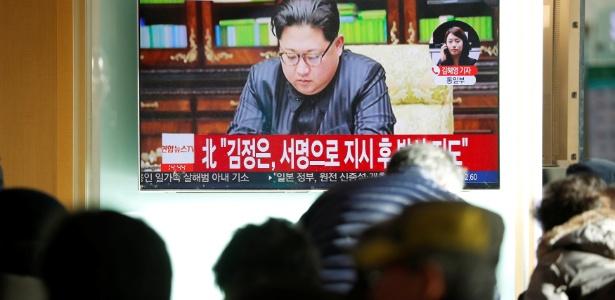 Multidão acompanha programa de TV informando sobre o lançamento do míssil norte-coreano