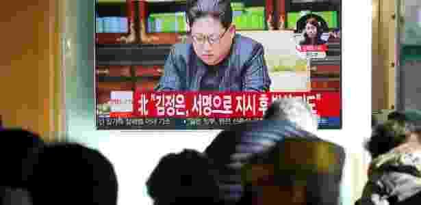 Multidão acompanha programa de TV informando sobre o lançamento do míssil norte-coreano - Kim Hong-Ji/Reuters
