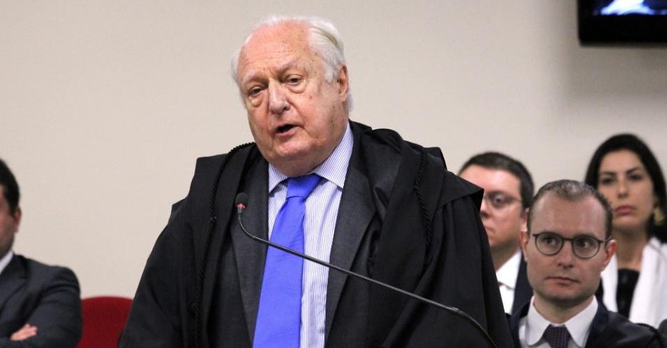 Advogado René Ariel Dotti, assistente de acusação, fala no julgamento do ex-presidente Lula na 8ª Turma do TRF4, em Porto Alegre