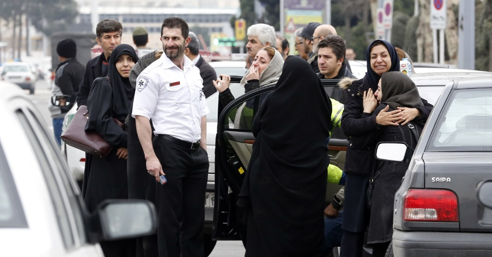 18.fev.2018 -- Parentes de passageiros iranianos que morreram em acidente com avião da Aseman Airlines, no Irã, se reúnem nas cercanias do aeroporto de Mehrabad