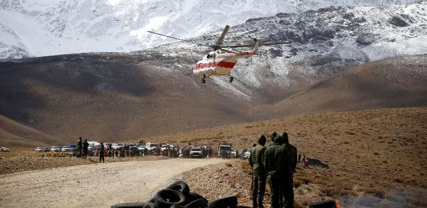Equipes de resgate trabalham no Montanha Dena, onde foram localizados os destroços