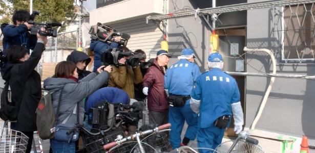 Polícia entra em apartamento onde foi encontrado a cabeça decapitada de uma mulher, em Osaka, no Japão - Kyodo via Reuters