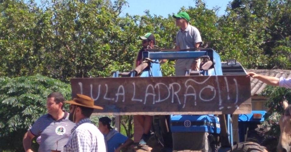 21.mar.2018 - Manifestantes contrários ao ex-presidente Luiz Inácio Lula da Silva (PT) aguardam chegada do petista em São Vicente do Sul (RS)