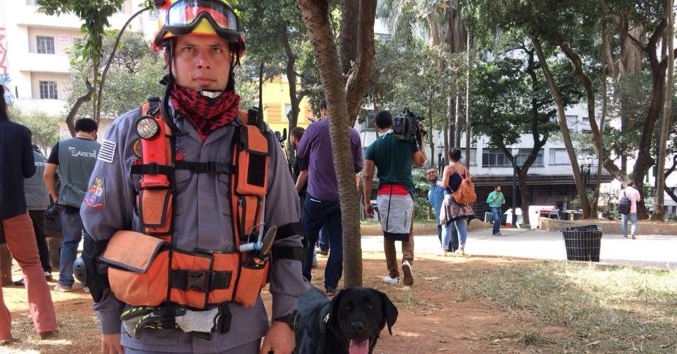 7.mai.2018 - Bombeiro e a cadela Sarah, que trabalha no desabamento do prédio no centro de São Paulo