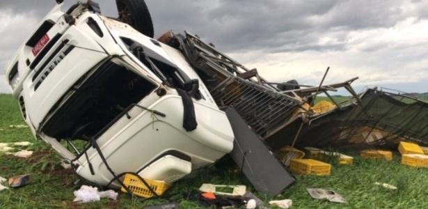 12.jun.2018 - Caminhão fica virado após ser arrastado por tornado que atingiu o norte do Rio Grande do Sul