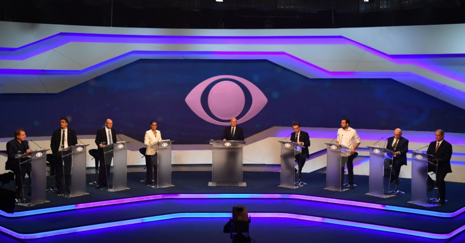 9.ago.2018 - Candidatos posicionados para o início do debate na Band