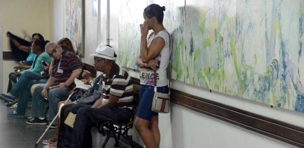 Pacientes aguardam para ser atendidos no Hospital Universitário Pedro Ernesto, no Rio