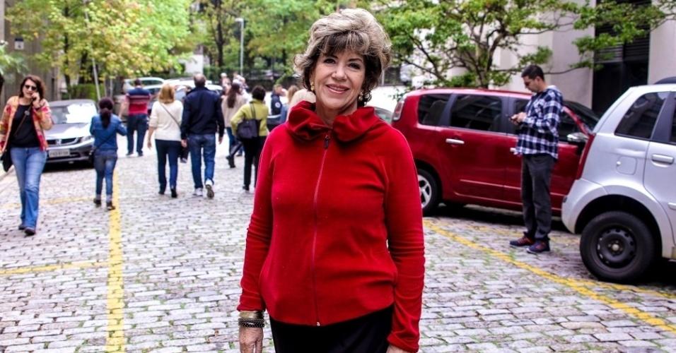 Silvia Poppovic vota na faculdade FAAp, em São Paulo
