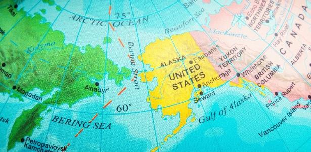 Estreito de Bering, que liga os oceanos Pacífico e Artíco, entre a Rússia e os Estados Unidos, por onde se acredita que os humanos tenham cruzado para chegar à América
