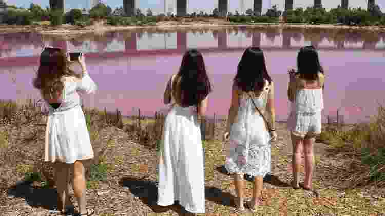 Há quem invista no figurino para tirar fotos com o fundo rosa - AFP/Getty Images/BBC - AFP/Getty Images/BBC