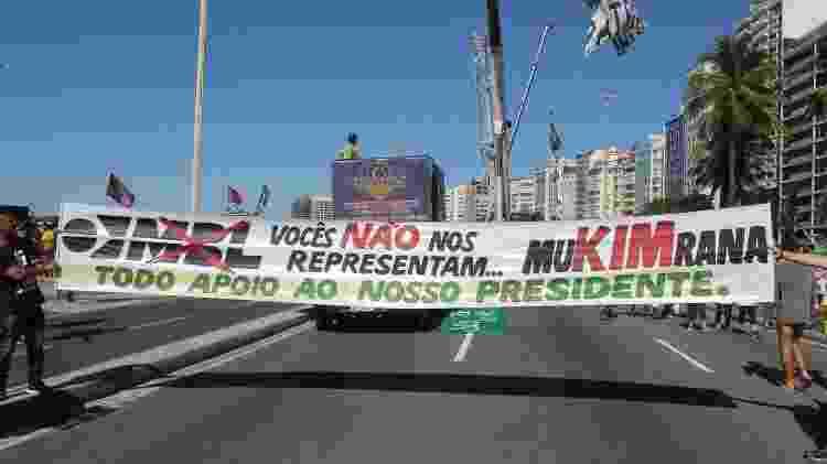 30.jun.2019 - Manifestantes pró-Bolsonaro empunham bandeira contra o MBL, um dos movimentos que apoiaram a eleição do atual presidente - cdsantos/Futura Press/Folhapress