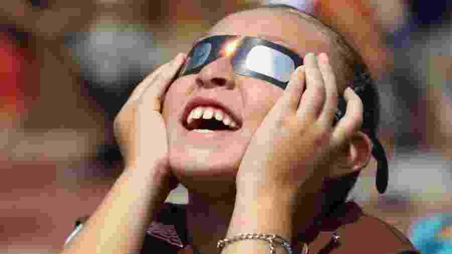 Especialistas recomendam o uso de óculos especiais para observar o eclipse de forma segura - Getty Images