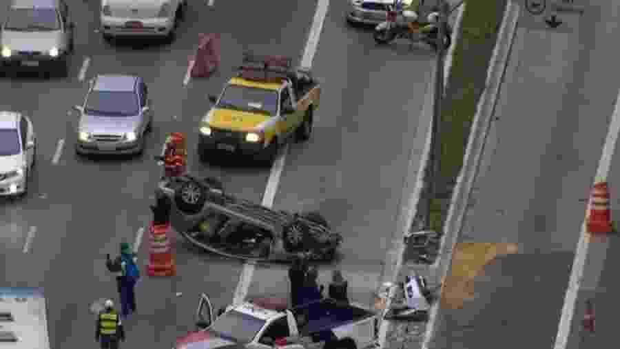 Carro capotado na Ponte do Socorro, em São Paulo - Reprodução/TV Globo