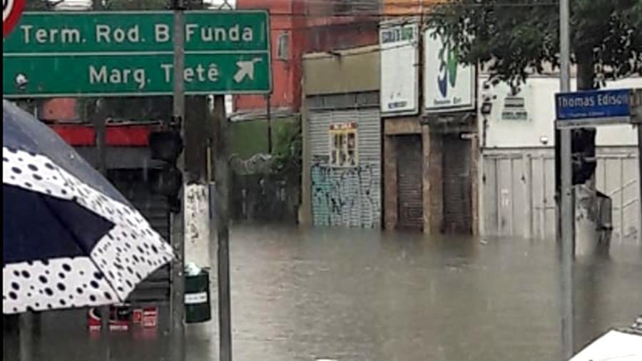 Fortes chuvas causam alagamento na região do Terminal Barra Funda, na zona oeste de São Paulo - MARCIA ANUNCIAÇÃO/ESTADÃO CONTEÚDO
