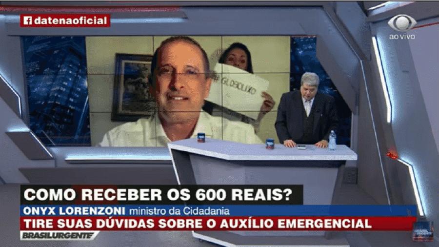 Mulher exibe protesto contra a Globo dentro da casa do ministro Onyx Lorenzoni durante entrevista a José Luiz Datena, na Band - Reprodução