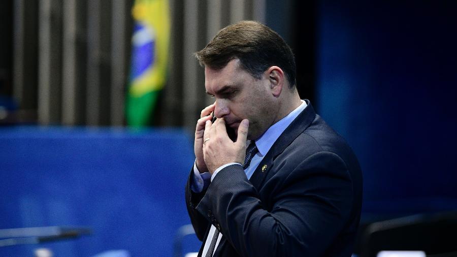 O senador Flávio Bolsonaro (Republicanos-RJ) fala ao celular no plenário do Senado - Pedro França/Agência Senado
