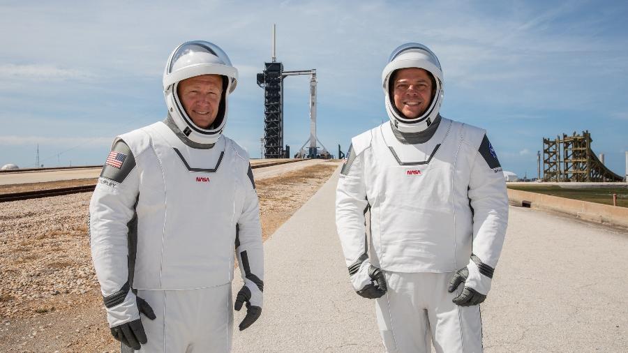 Astronautas Doug Hurley e Bob Behnken antes de irem ao espaço no foguete Falcon 9 da SpaceX, em maio - NASA/Kim Shiflett