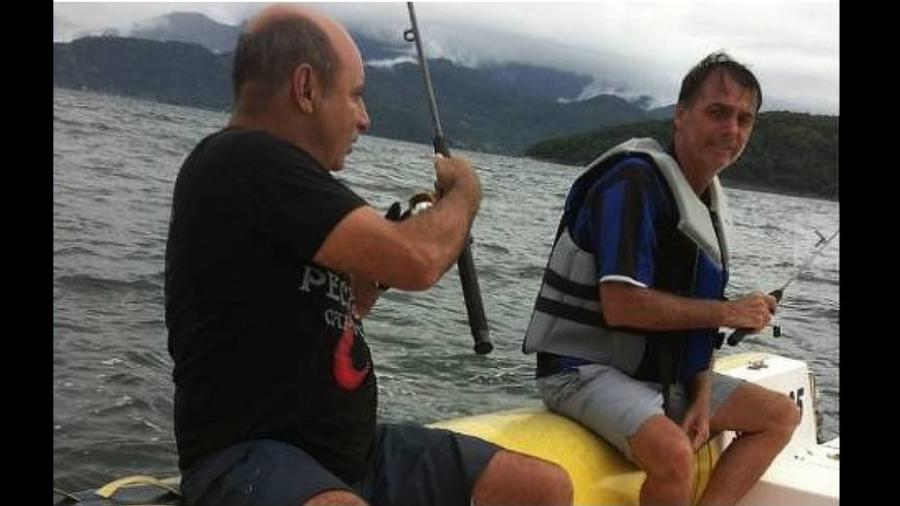 Bolsonaro em pescaria com seu amigão Fabrício em 2013. Segundo MPE e Justiça, vínculos com a milícia continuam ainda hoje - Reprodução/Instragram