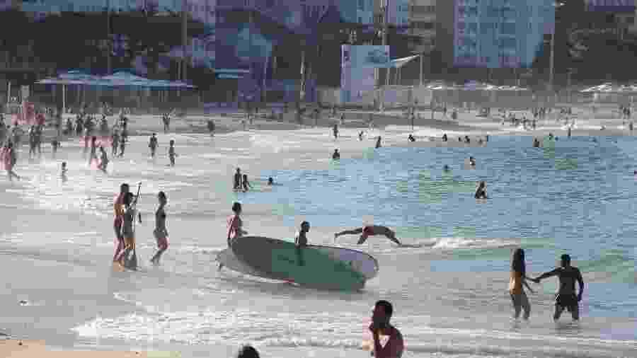 Nas últimas semanas, a praia de Copacabana, localizada na zona Sul do Rio de Janeiro, registrou fluxo intenso de banhistas - FAUSTO MAIA/ESTADÃO CONTEÚDO