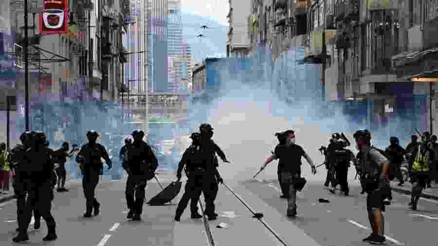 Polícia dispara gás lacrimogêneo contra multidão para dispersar manifestantes contra a lei de segurança nacional no 1 de julho - Reuters