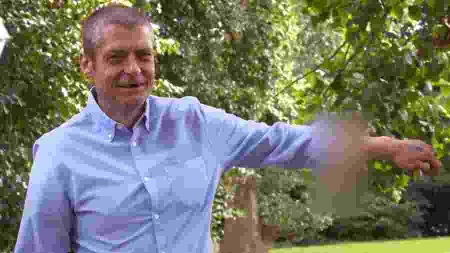 """Malcolm MacDonald, 45, mostra o pênis reconstruído em seu braço à reportagem do tabloide """"The Sun"""" - Reprodução/The Sun"""