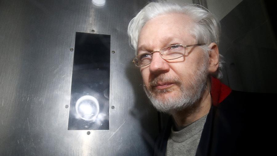 Fundador do WikiLeaks, Julian Assange, deixa tribunal em Londres - HENRY NICHOLLS