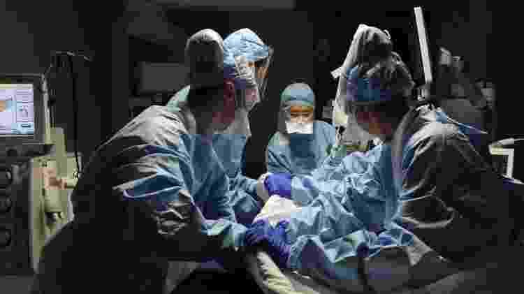 Se no início do ano os hospitais precisaram se reinventar às pressas para responder à pandemia, seis meses depois das primeiras quarentenas os sistemas de saúde parecem mais bem preparados para lidar com o coronavírus - Getty Images - Getty Images