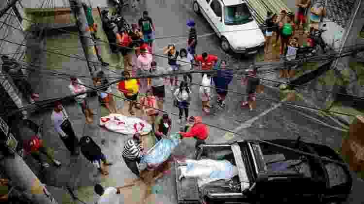 Bruno registra o momento em que moradores lidam com os mortos em uma operação policial que deixou 12 vítimas - Bruno Itan - Bruno Itan