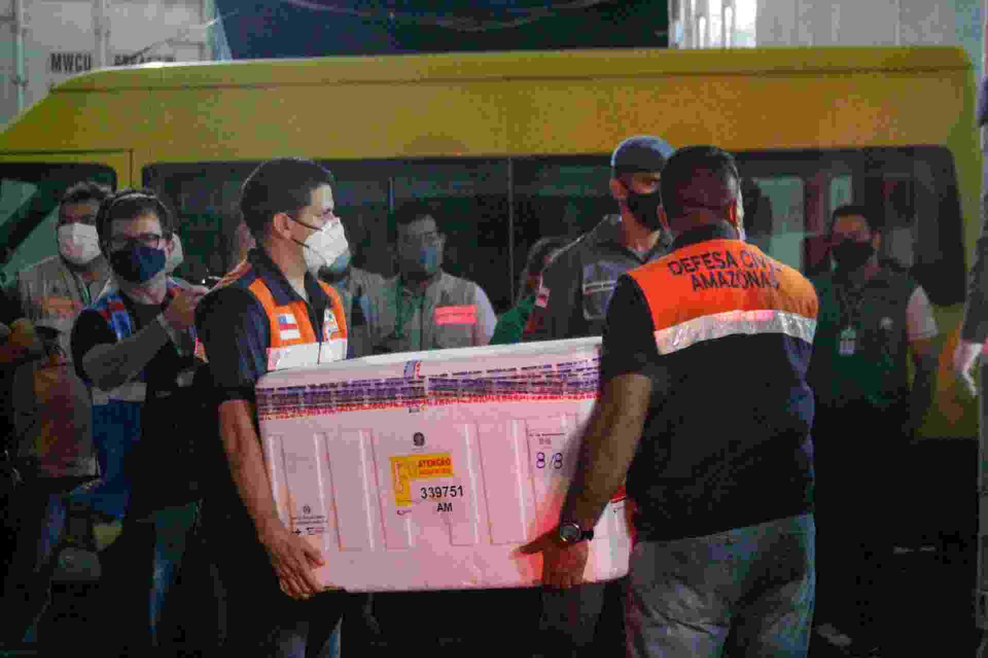 23.jan.2021 - Chegada das mais de 130 mil doses da vacina AstraZeneca/Oxford a Manaus, no Aeroporto Internacional Eduardo Gomes. As caixas com as vacinas foram levadas para a sede da FVS-AM (Fundação de Vigilância em Saúde) - SANDRO PEREIRA/FOTOARENA/ESTADÃO CONTEÚDO