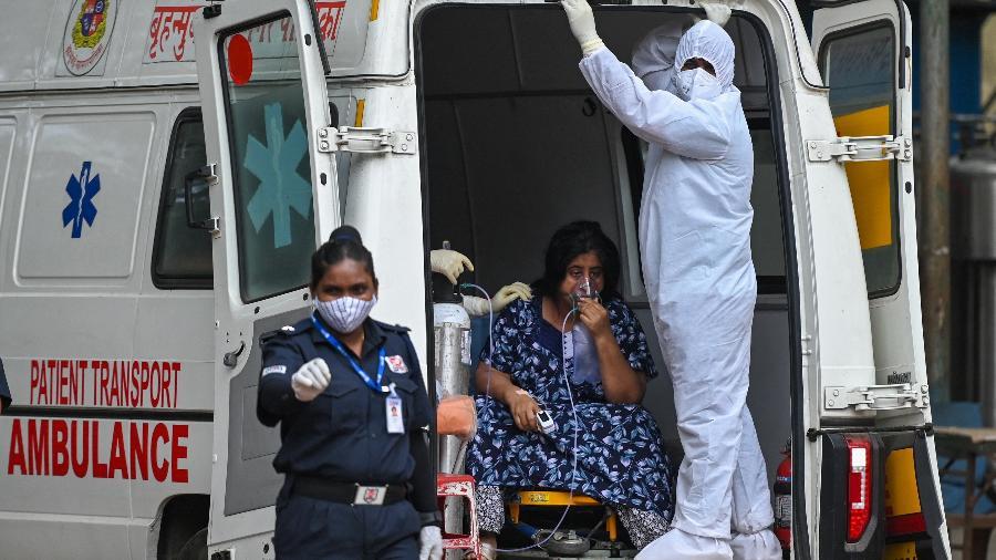 Paciente com covid-19 é transportada em ambulância em Mumbai, na Índia - Punit Paranjpe/AFP
