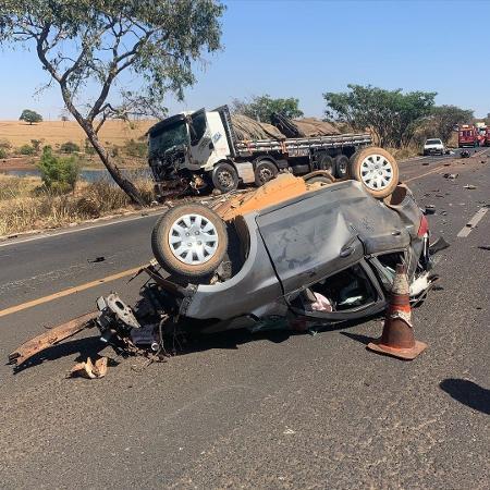 Carro em que estavam mãe e filho ficou totalmente destruído após a batida - Divulgação/ Corpo de Bombeiros