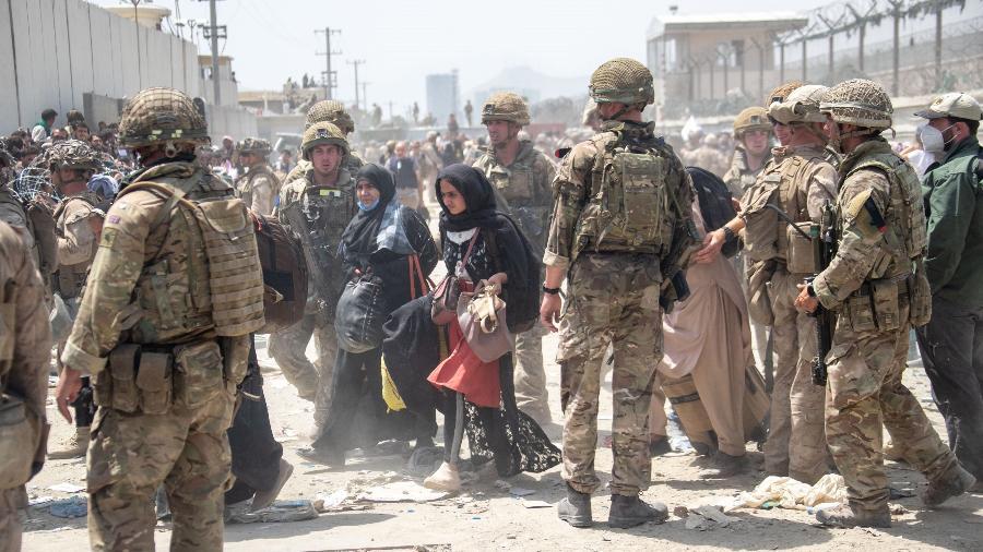 As Forças Armadas britânicas trabalham com os militares americanos para evacuar civis para fora do Afeganistão - Getty Images