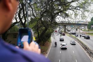 10.set.2015 - Guarda municipal mede a velocidade das motocicletas na pista local da marginal Tietê